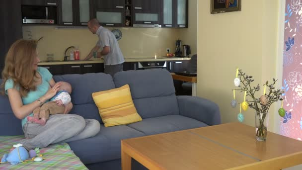 otec muže přivést jeho žena žena káva čaj pohár a kiss dítě. 4k