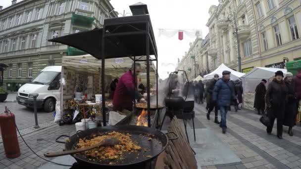 Outdoorküche Klein Cafe : Armenische mann essen am feuer im outdoor küche und menschen
