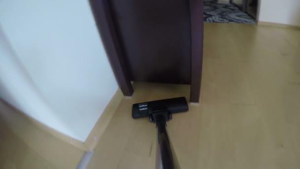 Staubsauger-Tool Hoover Staub auf Holz Fußboden unter Kabinett. 4k