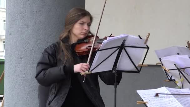 zenészek játszanak klasszikus zenei szenvedély utcában. 4k