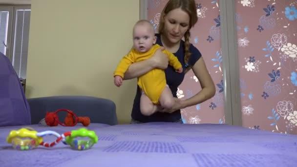 anya, hogy a baba gyakorlat vonat gyermek izom. Babaápolás