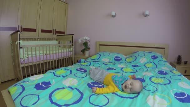 Veselá novorozeně smát a smát se, ležel na posteli na. 4k
