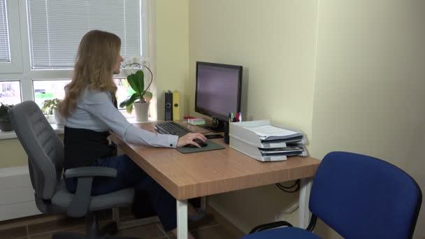 makléř žena poradit mužské klienta v kanceláři. 4k