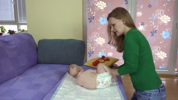 Ženy cvičení děťátko na pohovce. 4k