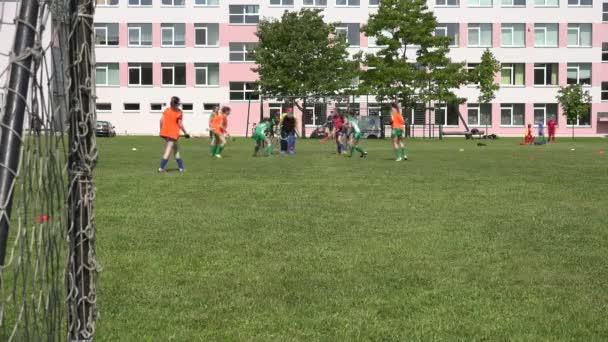 školačky s sukně hrát pozemní hokej game.4k