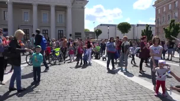 Familien nehmen an Blasenblasen-Parade teil. 4k