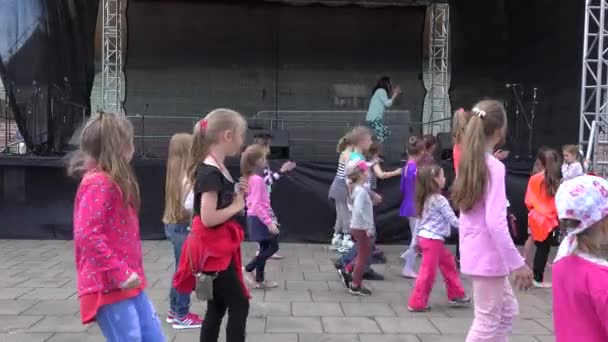 kids repeat line flashmob dance step 4k vídeo de stock sauletas