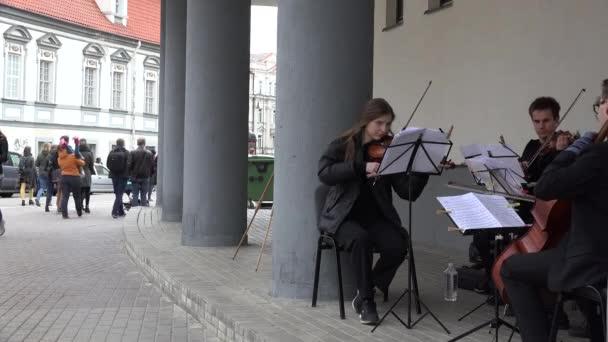 zenészek zenélnek és Cselló Hegedű utcában. 4k