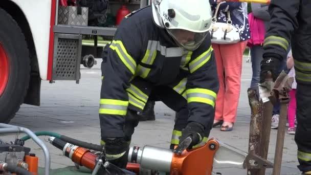 záchranník prokazuje vybavení v blízkosti hasičů. 4k