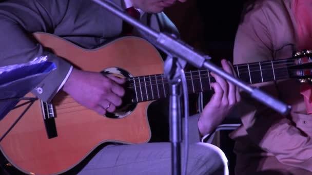 člověk hraje na kytaru a ženu zpívají poezii. 4k