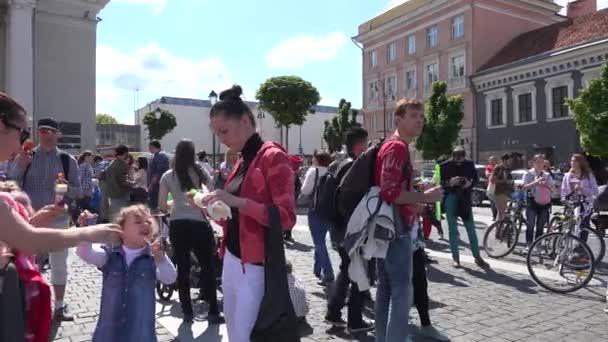 Menschen genießen Blasenblasen auf dem Hauptplatz der Stadt. 4k
