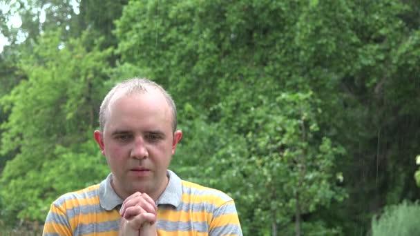Mokré mladý zemědělec muž Pros Boha zastavení deštivé období, v létě. 4k