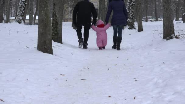 padre e madre insegnare neonata al vicolo dellalbero innevato di winter park. 4k