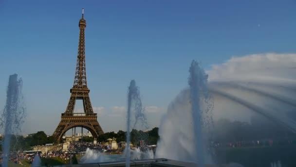 vodní trysky a fontány na Eiffelovu věž, Paříž, Francie