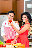 Asiatisches paar Zubereitung von Speisen in der Küche