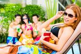 Asiatische Freunde feiern am Pool party