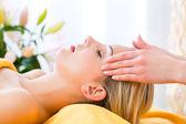 Photo Woman getting head massage