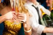 Paar mit Champagner im Verein oder Partei