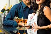 Fotografie Asiatische Frau verführt den Mann im restaurant
