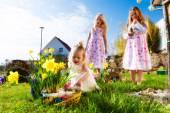 Fotografie Kinder auf Osterei jagen mit bunny