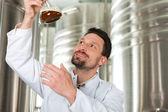 Fotografie Bierbrauer in seiner Brauerei