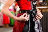 Fényképek Nő megpróbálja Tracht vagy a Dirndli egy bolt