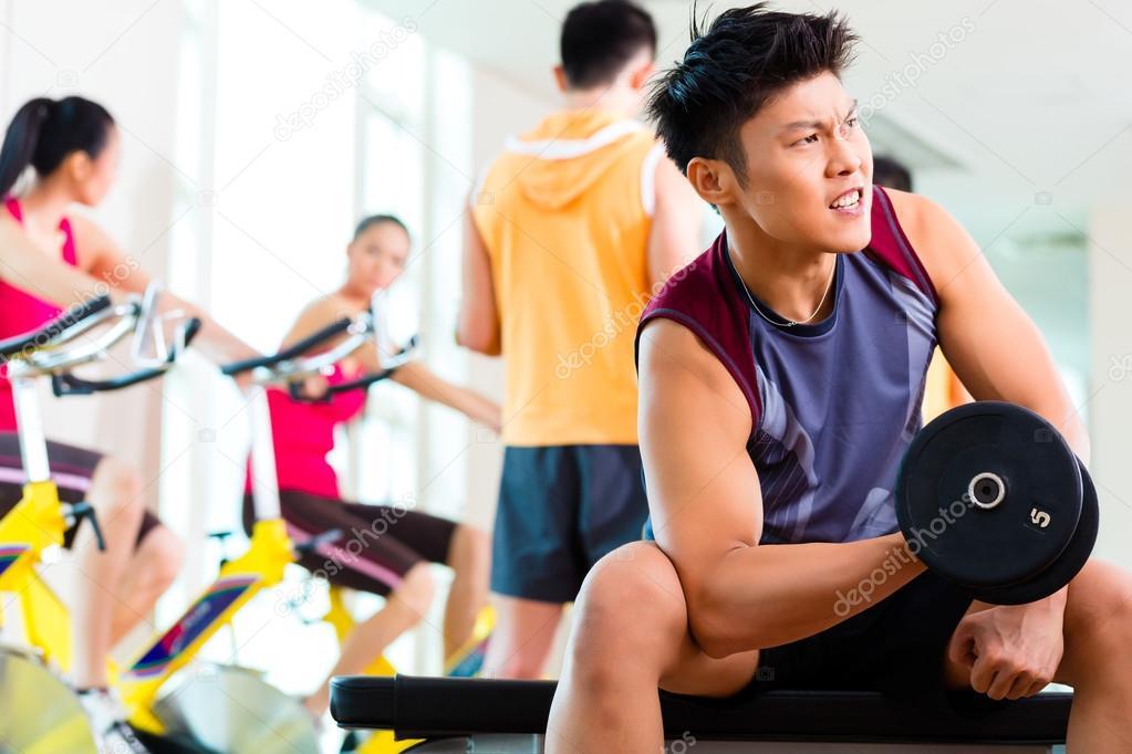 Personas ejercer deporte de fitness en el gimnasio foto for Deporte gym