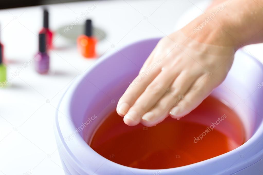 Donna nel salone del chiodo che ha bagno di paraffina — Foto Stock ...