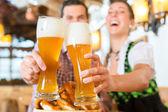 Ehepaar trinkt Weißbier in bayerischem Restaurant
