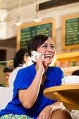 Mladá žena v asijské coffeeshop