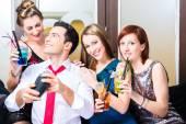 Fotografie Freunde feiern mit Barkeeper cocktail bar