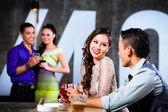 Paare, Flirten und trinken im Nachtclub-bar
