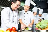Fotografia Asian Chef nel ristorante cucina cucina