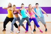 Tanečnice na Zumba fitness trénink v tanečním studiu