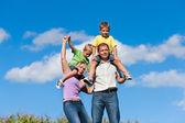 Rodina s dětmi na louce