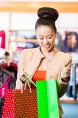 Asijské ženy s nákupní tašky v obchodě