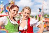 Fotografie Frauen in bayerischer Tracht beim Fest