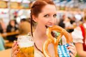 Frau in bayerischer Tracht im Bierzelt