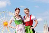 Frauen in bayerischer Tracht beim Fest