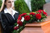 Fényképek Gyász nő temetésén a koporsót