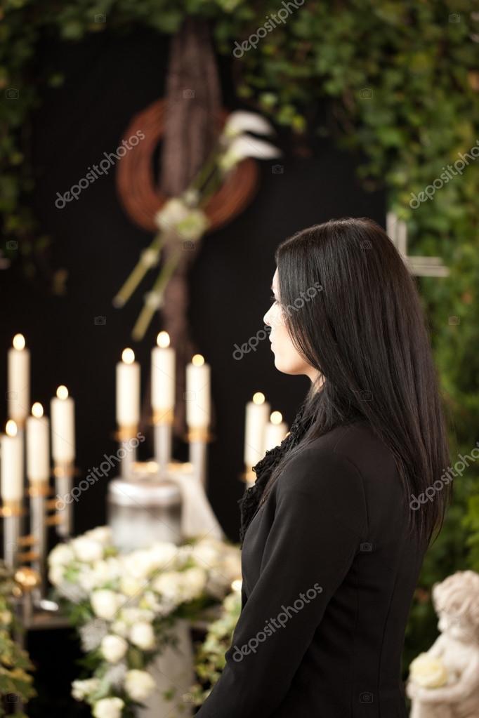 vrouw bij begrafenis rouw — Stockfoto © Kzenon #79651898