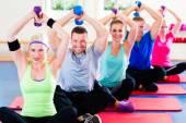 Fotografie fitness lidí v posilovně cvičit s činkami