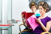 Fényképek A fodrász hajszárító a nők