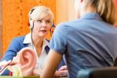 Neslyšící žena bere slyšení test