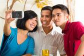 Asian Freunde Bilder mit Handy nehmen