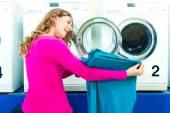 Fotografie Studentka v prádelně