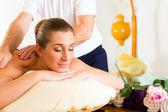Žena líbí wellness zpět masáž
