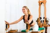 Paziente a fisioterapia facendo esercizi fisici