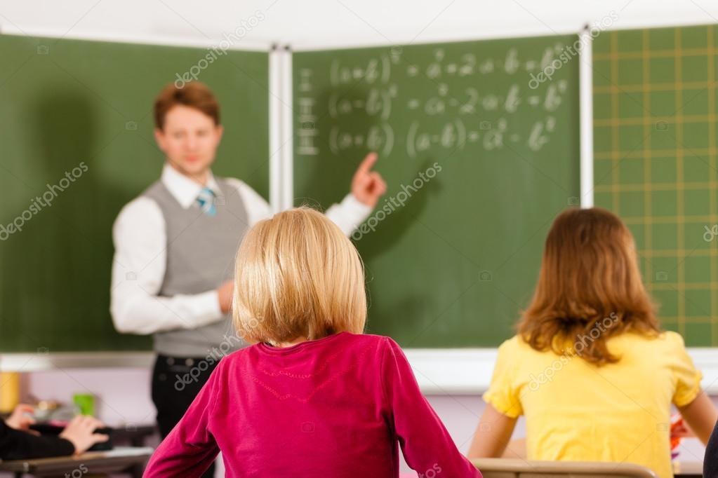 Образование - учитель с учениками в школьном обучении ...