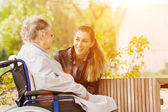Photo woman visiting grandmother in nursing home